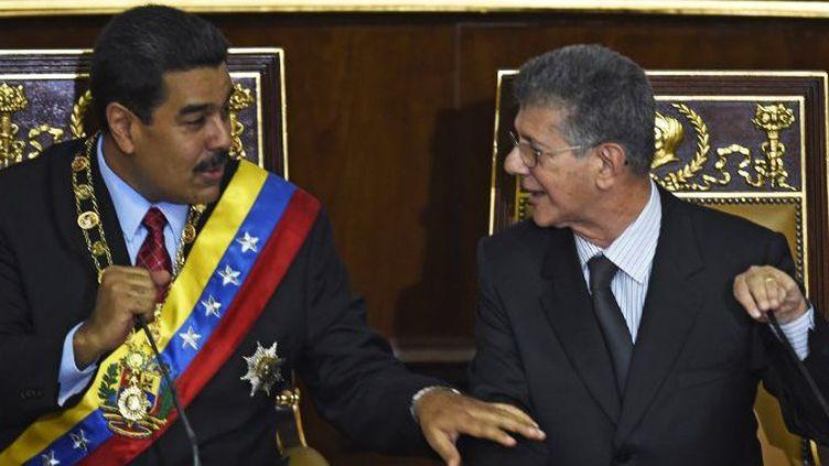 Le président Maduro (à gauche) assis à côté du nouveau président de l'Assemblée nationaleHenry Ramos Allup,le 15 janvier 2016, défend son bilan lors de son discours annuel devant les parlementaires. (JUAN BARRETO / AFP)