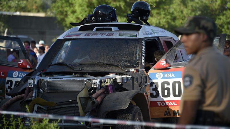 La voiture N.360 après l'accident survenu lors du prologue (FRANCK FIFE / AFP)