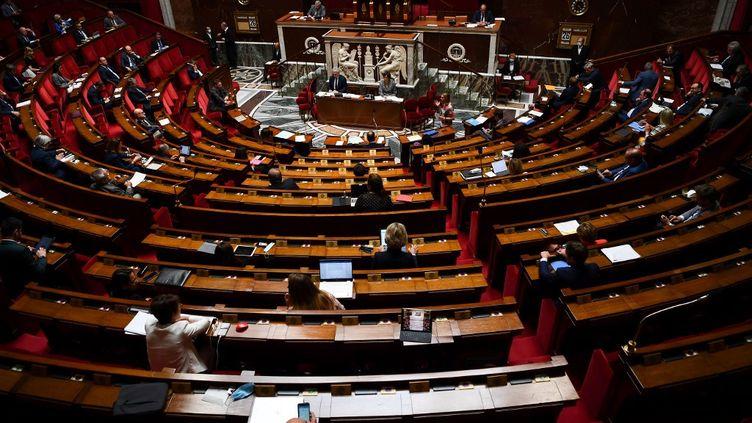 Dans l'hémicycle de l'Assemblée nationale, à Paris, le 26 mai 2020. (CHRISTOPHE ARCHAMBAULT / AFP)