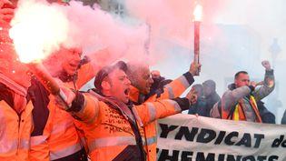 Des cheminots de la SNCF lors de la manifestation du 22 mars à Paris contre la réforme de l'entreprise voulue par le gouvernement. (ALAIN JOCARD / AFP)