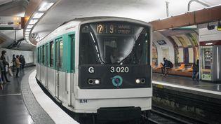 Un métro entre en gare de Pigalle, à Paris, le 15 septembre 2019. (KRYSTOF KRIZ / NURPHOTO / AFP)