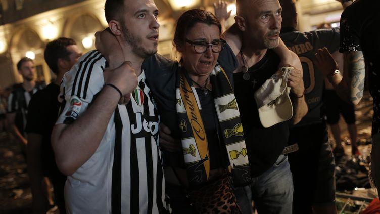 Des supporters de la Juventus sur la place san Marco de Turin (Italie) après le mouvement de foule, samedi 3 juin 2017. (MARCO BERTORELLO / AFP)