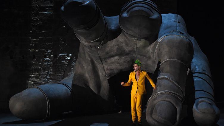 Thomas Jolly joue dans la pièce Thyeste de Sénèque, le 5 juillet 2018, pendant le Festival d'Avignon. (BORIS HORVAT / AFP)