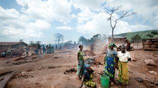 Des femmes et des jeunes filles (celle de droite a 13 ans) travaillent dans une mine d'or artisanale à Mgusu, dans la région de Geia, au nord de la Tanzanie, en 2013. (SANDRA GATKE / DPA)