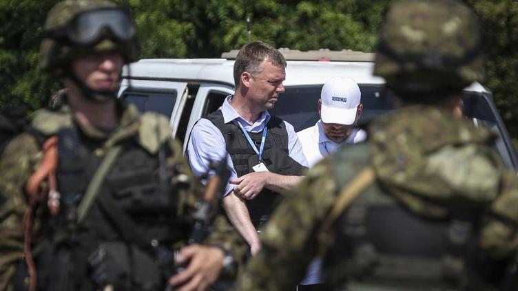 Les enquêteurs de l'OSCE négocient leur accès au site du crash du vol MH17 avec des séparatistes pro-russes, le 30 juillet 2014, en Ukraine. (SERGEI KARPUKHIN / REUTERS)