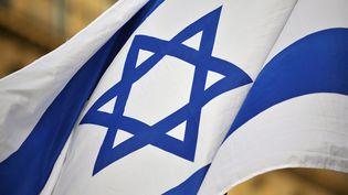 Un drapeau d'Israël devant l'ambassade d'Israël à Paris, en 2009. (CHRISTOPHE PETIT TESSON / MAXPPP)