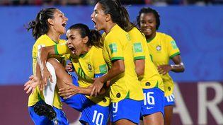 La meneuse de jeu de l'équipe du Brésil, Marta, est félicitée par ses coéquipières après son but sur penalty face à l'Italie, le 18 juin 2019, au stade du Hainaut de Valenciennes (Nord). (JULIEN MATTIA / NURPHOTO / AFP)