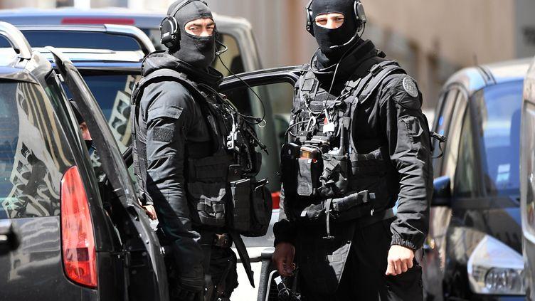 Des membres du Raid après l'arrestation de deux hommes suspectés d'un projet d'attentat pendant la présidentielle, le 18 avril 2017, à Marseille. (BORIS HORVAT / AFP)