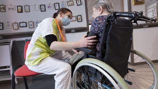 Une infirmière prend la tension d'une résidente d'un Ehpad de Clapiers (Hérault), le 15 avril 2021, lors d'une campagne de vaccination contre le Covid-19. (MAXPPP)