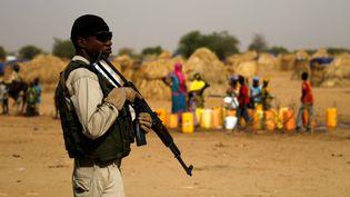 Militaire nigérien montant la garde dans un camp de réfugiés de la région de Diffa (sud-est du Niger) durant une visite du ministre de l'Intérieur le 18 juin 2016. (LUC GNAGO / X01459)