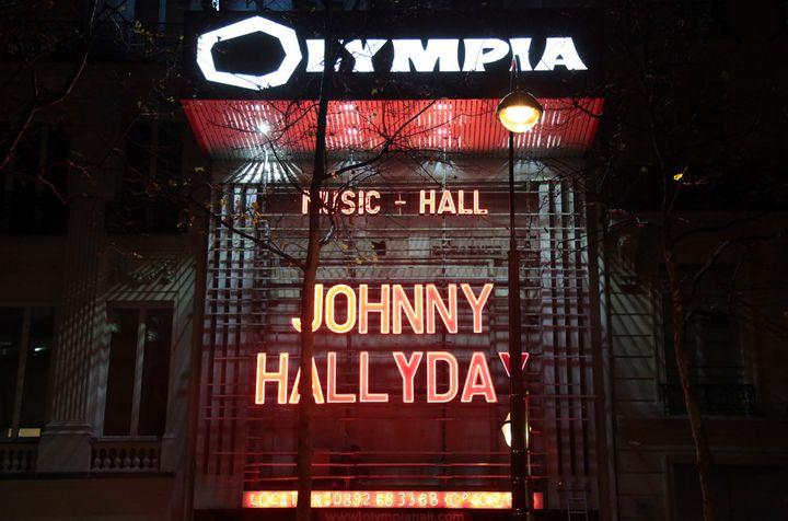 Le nom de Johnny Hallyday en lettres de feu sur la façade de L'Olympia, au soir du 8 décembre 2017  (Zakaria Abdelkafi / AFP)