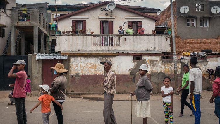 Des habitants d'Antananarivo, la capitale de Madagascar, attendent d'être testés au Covid-19, le 3 avril 2020. (RIJASOLO / AFP)