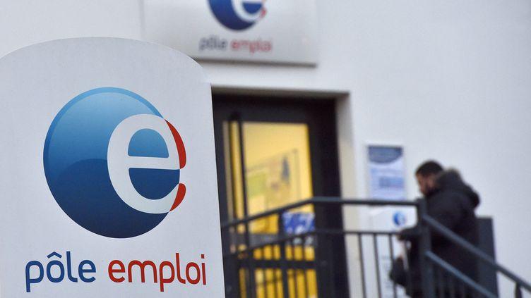 Un homme entre dans un bureau de Pôle emploi à Nantes (Loire-Atlantique). (LOIC VENANCE / AFP)