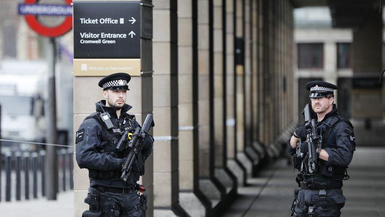 Des officier de police à la station de metro de Westminster, le 23 mars 2017, après l'attaque de Londres. (DARREN STAPLES / REUTERS / X90183)