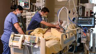 Un patient infecté par le Covid-19 dans le service de soins intensifs de l'hôpital Avicenne, à Bobigny (Seine-Saint-Denis), le 8 février 2021. (BERTRAND GUAY / AFP)