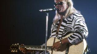 Pour son concert à Toulon (Var) en 1995, Johnny Hallyday choisit la veste zébrée. (MAXPPP)