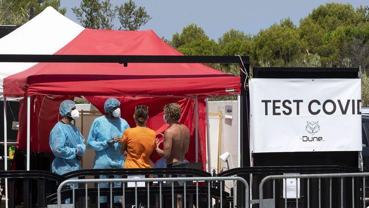 Une tente pourles tests installée à la Grande motte dans l'Hérault, le 29 juillet 2021. (GUILLAUME BONNEFONT / MAXPPP)