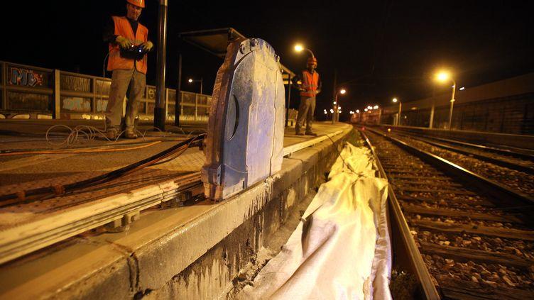 Un quai de gare raboté par des ouvriers de RFF à Cagnes-sur-Mer (Alpes-Maritimes), le 22 mai 2014. (  MAXPPP)