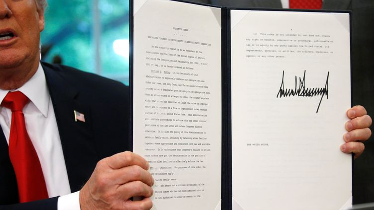 Le président américain, Donald Trump, lors de la signature du décret mettantfin à la séparation des familles de migrants à la frontière avec le Mexique,le 20 juin 2018. (YURI GRIPAS / REUTERS)
