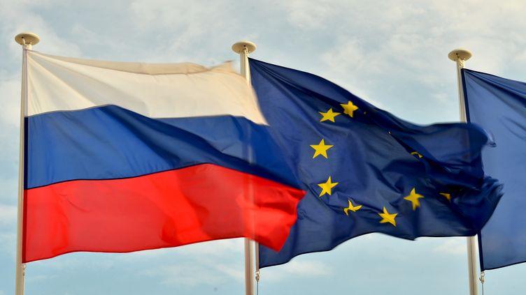 Le drapeau de la Russie et celui de l'Union européenne, le 20 août 2014, à Nice (Alpes-Maritimes). (VLADIMIR SERGEEV / RIA NOVOSTI / AFP)