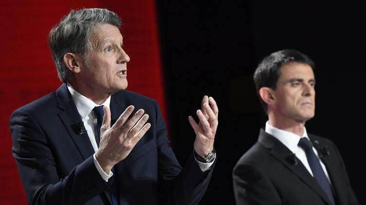 Les candidats Vincent Peillon et Manuel Valls, le 15 janvier 2017 à Paris. (BERTRAND GUAY / AFP)
