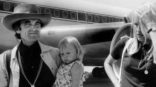 Accompagné de sa femme et de sa fille, Charles Aznavour arrive à Zurich en 1971  (KEYSTONE/AFP)