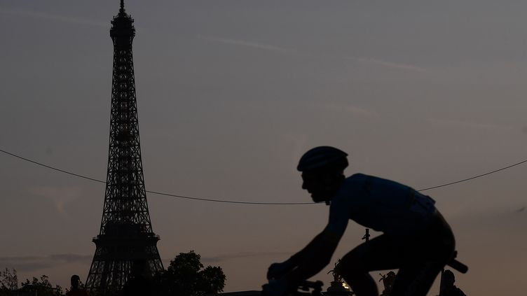 Un cycliste lors du Tour de France à Paris, le 28 juillet 2019. (MARCO BERTORELLO / AFP)