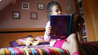 """Pour faire connaître les livres mettant en scène des héroïnes noires auxquelles les fillettes noires pourront s'identifier, une Américaine de 11 ans a monté un club de lecture, rapporte le journal """"Philly Voice"""", le 19 janvier 2016. (CATHERINE DELAHAYE / PHOTONONSTOP / AFP)"""