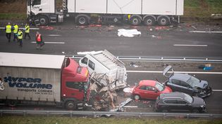 Un énorme carambolage a fait au moins cinq morts, mardi 20 décembre, sur la voie express D 160 entre La Roche-sur-Yon et Les Sables d'Olonne. (FRANCK DUBRAY / MAXPPP)