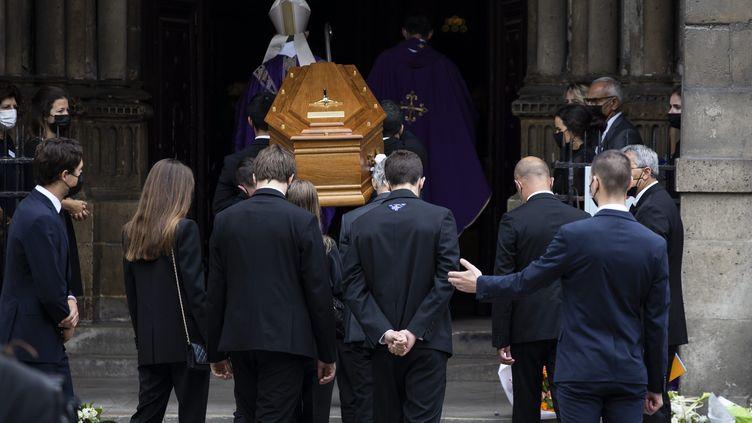 Le cercueil de Jean-Paul Belmondo à l'entrée de l'église Saint-Germain-des-Prés, à Paris, le 10 septembre 2021 (ALEXIS SCIARD / MAXPPP)