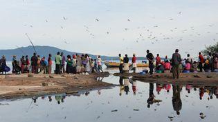 3 mai 2018. Kenya, Sindo. Des poissonniers attendent à l'aube, sur la plage principale du lac Victoria pour acheter du poisson. (PICTURE ALLIANCE / GETTY IMAGES / GLORIA FORSTER)
