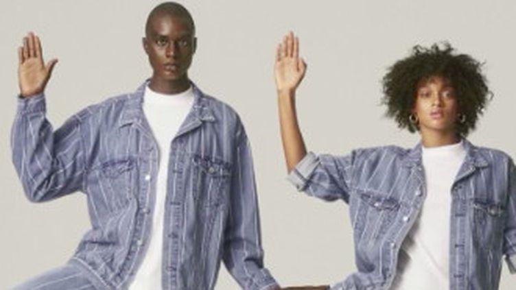 Les designers et les marques vendent de plus en plus de vêtements mixtes. Ce qui n'est pas pour déplaire aux jeunes générations, de plus en plus tentées par la confusion des genres. (FRANCE 2)