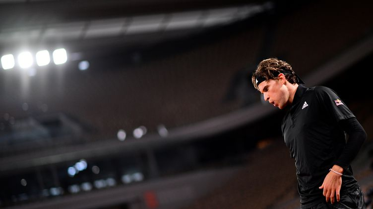 Dominic Thiem, lors de son premier match à Roland-Garros, le 28 septembre.  (MARTIN BUREAU / AFP)