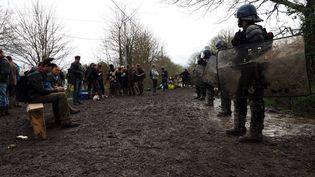 Face à face entre des zadistes et des gendarmes, mercredi 11 avril, sur la route des Fosses noires, à Notre-Dame-des-Landes. (GUILLAUME SOUVANT / AFP)