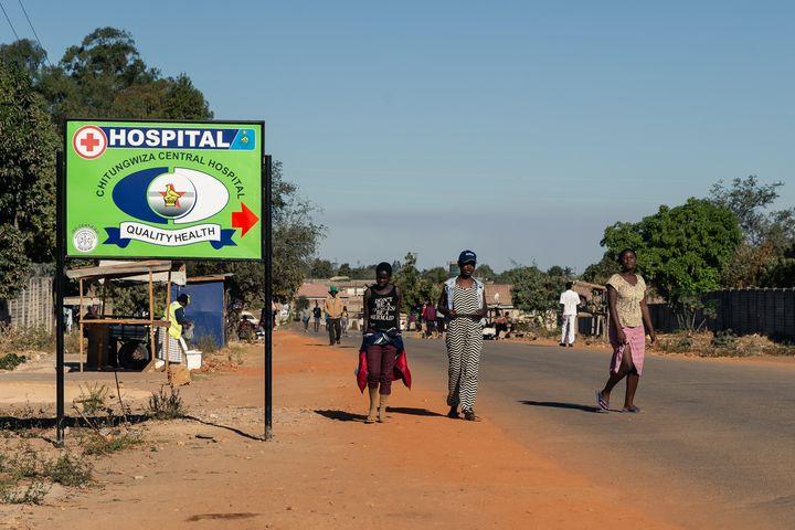 """A l'hôpital de Chitungwiza, annonçant une """"santé de qualité"""", selon son rutilant panneau d'entrée, des opérations sont régulièrement reportées ou annulées faute de produits anesthésiants (8 septembre 2019). (JEKESAI NJIKIZANA / AFP)"""