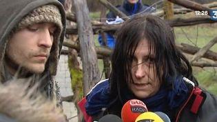 Des zadistes s'adressent à des journalistes, sur le site du barrage controversé de Sivens (Tarn), le 2 mars 2015. ( FRANCE 3)