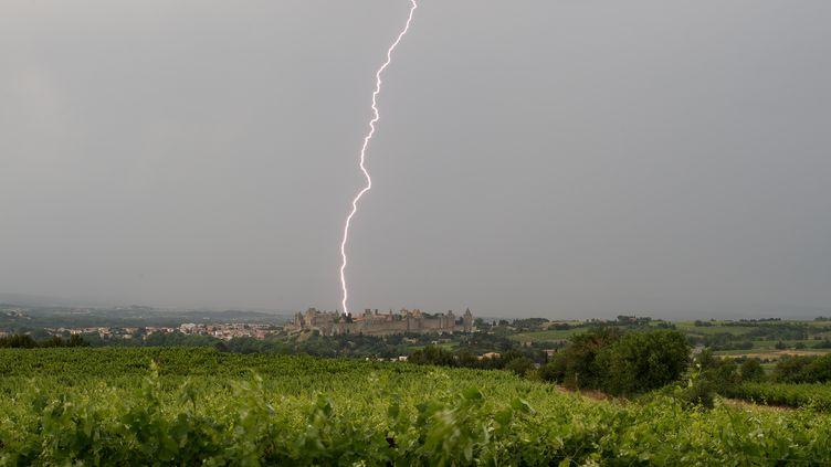 Un oragedans le ciel de Carcassonne (Aude), le 21 janvier 2016. (XAVIER DELORME / AFP)