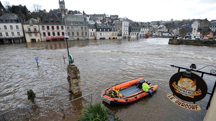 Le centre-ville de Quimperlé (Finistère), inondé, le 7 février 2014. (FRANK PERRY / AFP)