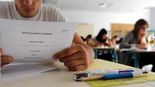 Des candidats au baccalauréat en pleine épreuve de philosophie, le 17 juin 2015, à Presles(Calvados). (  MAXPPP)