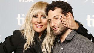"""Lady Gaga vendredi 8 septembre au TIFF de Toronto en compagnie de Chris Moukarbel, réalisateur du documentaire""""Gaga: Five Foot Two"""".  (Regina Wagner/Future Image/SIPA)"""
