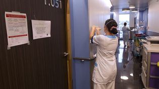 Une infirmière à la clinique Saint-Jean de Montpellier, en octobre 2020. (GUILLAUME BONNEFONT / MAXPPP)