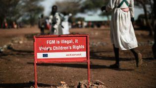 """""""Les mutilations génitales féminines sont illégales et sont une violation des droits de l'enfant"""": Campagne préventive contre l'excision à Katanok, au nord de l'Ouganda, en janvier 2018. (YASUYOSHI CHIBA / AFP)"""