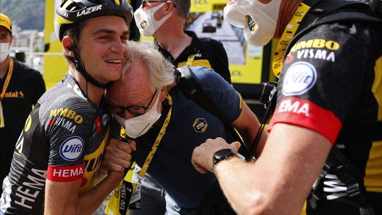 Sepp Kuss félicité par le staff de la Jumbo-Visma après sa victoire lors de la 15e étape du Tour de France entre Céret et Andorre-la-Vieille, le 11 juillet 2021. (THOMAS SAMSON / BELGA MAG)