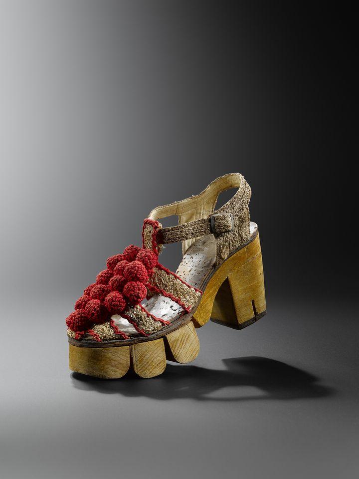"""Exposition """"Marche et démarche. Une histoire de la chaussure"""" : sandale pour femme, vers 1942, Paris. (MAD PARIS / HUGHES DUBOIS)"""