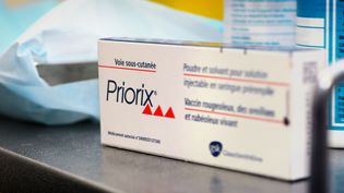 Le vaccin Priorix contre la rougeole, la rubéole et les oreillons, dans un centre de vaccination à Lyon (Rhône), le 11 septembre 2012. (BSIP / UNIVERSAL IMAGES GROUP EDITORIAL / GETTY IMAGES)