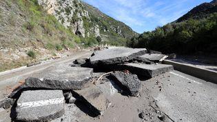 Route détruite àBreil-sur-Roya (Alpes-Maritimes), le 5 octobre 2020, après le passage de la tempête Alex. (VALERY HACHE / AFP)