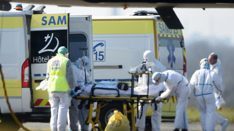 Un patient atteint du coronavirus arrivé de Mulhouse à l'hôpital de Brest (Finistère), le 24 mars 2020. (JEAN-FRANCOIS MONIER / AFP)