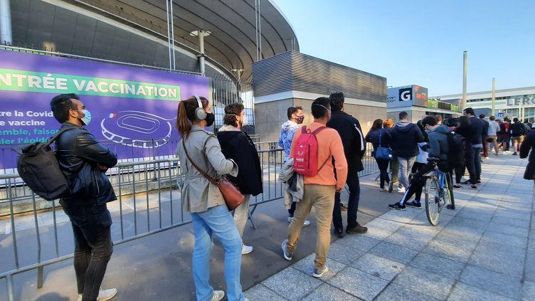 La file d'attente pour se faire vacciner au Stade de France, à Saint-Denis, en Seine-Saint-Denis. (BENJAMIN ILLY / FRANCE-INFO)