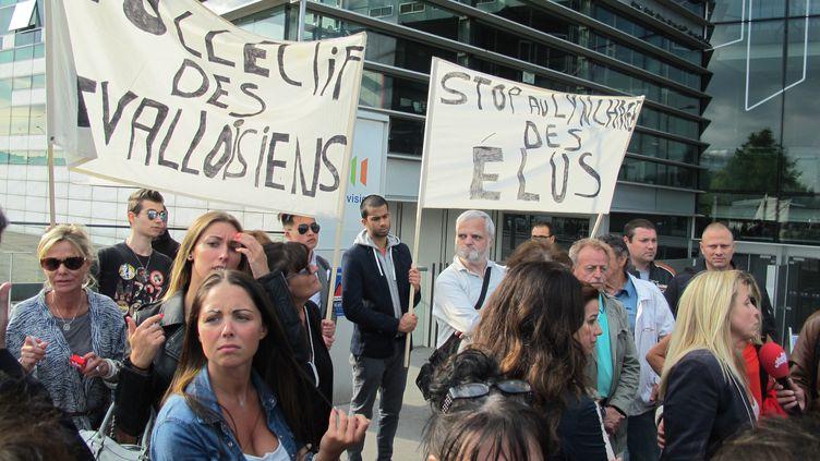 Des manifestants apportent leur soutien au député-maire de Levallois (Hauts-de-Seine), PatrickBalkany, mardi 9 juin 2015, devant le siège de France Télévisions, à Paris. (F. MAGNENOU / FRANCETV INFO)