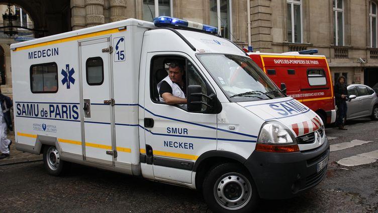 Une ambulance quitte le point d'accueil des blessés, près du parc Monceau, à Paris, le 28 mai 2016. (MATTHIEU ALEXANDRE / AFP)